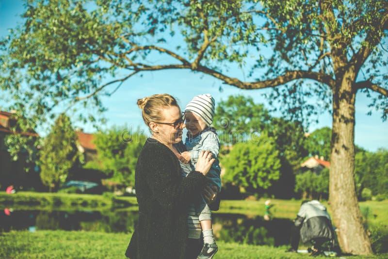 mãe e criança felizes no parque imagens de stock