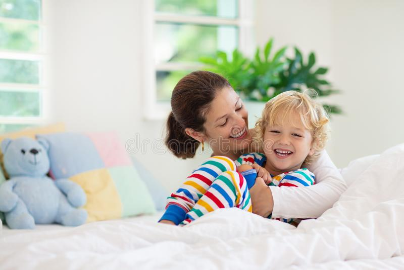 Mãe e criança na cama Mamã e bebê em casa fotos de stock
