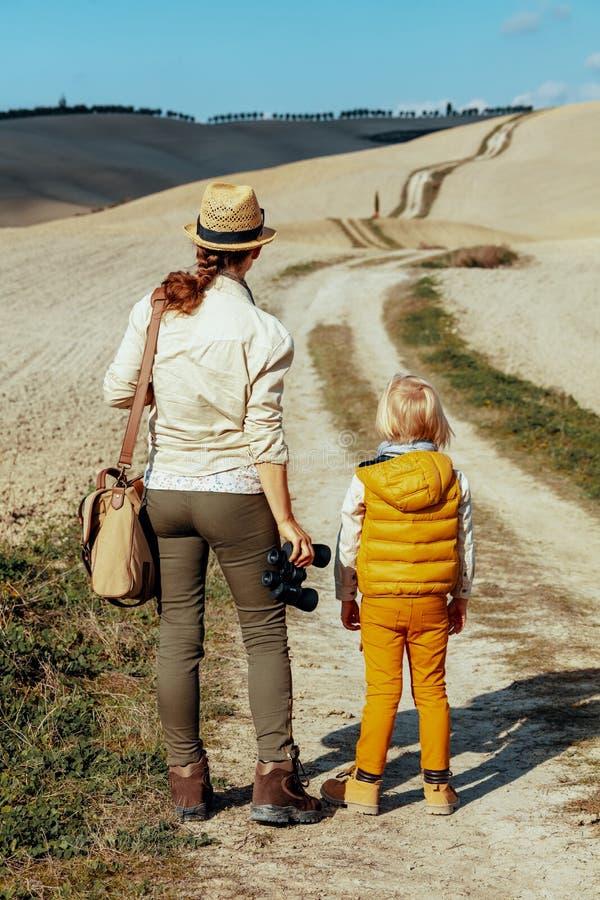 Mãe e criança na viagem de Toscânia do verão que olha na distância fotografia de stock