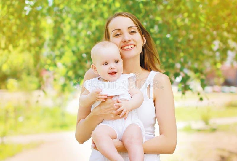 Mãe e criança positivas fotos de stock