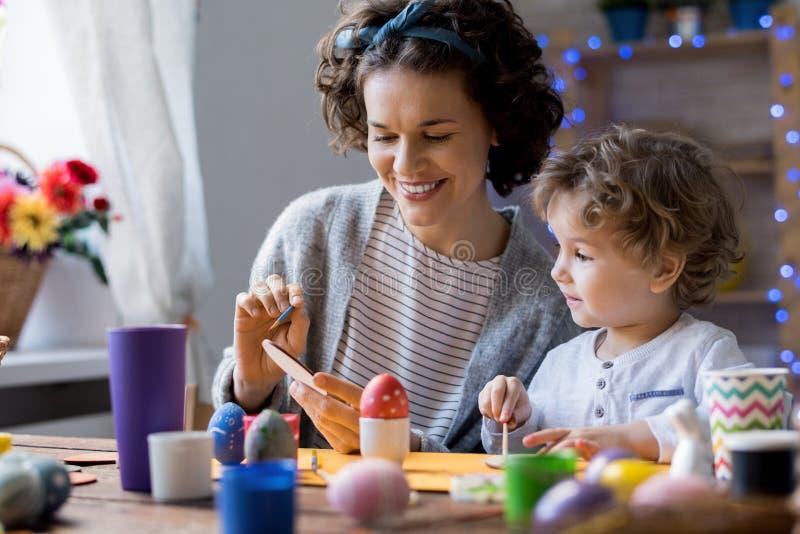 Mãe e criança que Crafting para a Páscoa imagens de stock royalty free
