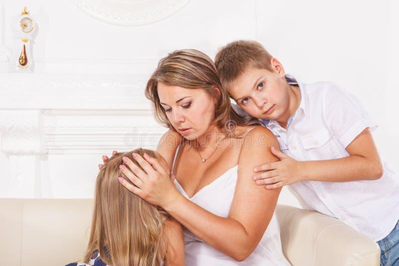 Mãe e crianças fotografia de stock