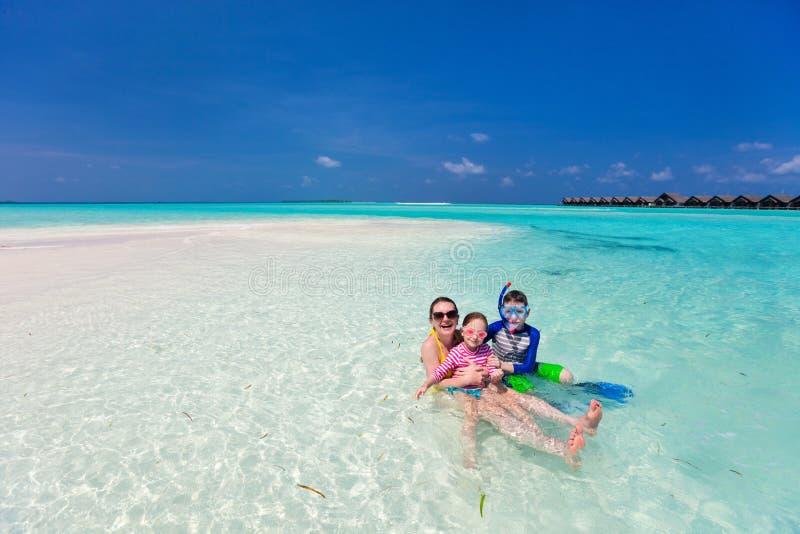 Mãe e crianças na praia tropical fotos de stock