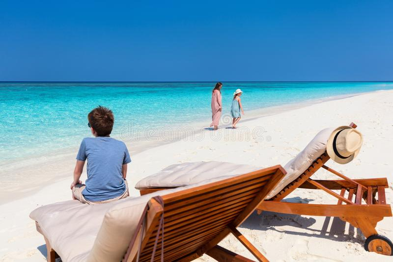 Mãe e crianças na praia tropical imagens de stock