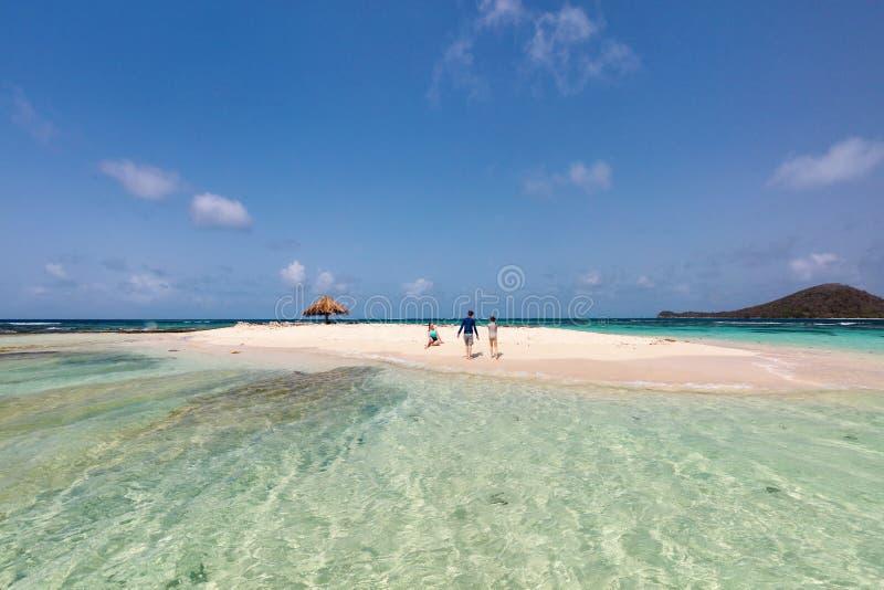 Mãe e crianças na praia tropical fotografia de stock royalty free