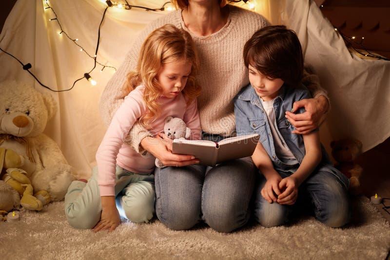 Mãe e crianças no berçário foto de stock royalty free