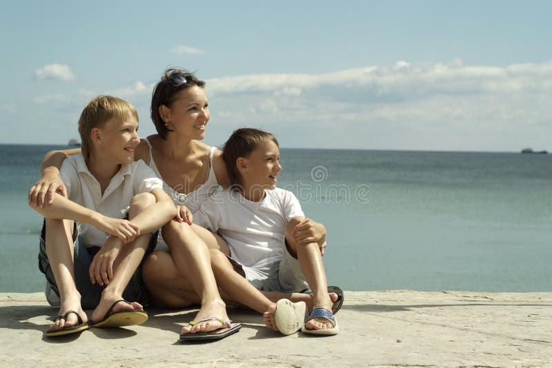 Mãe e crianças no mar foto de stock royalty free