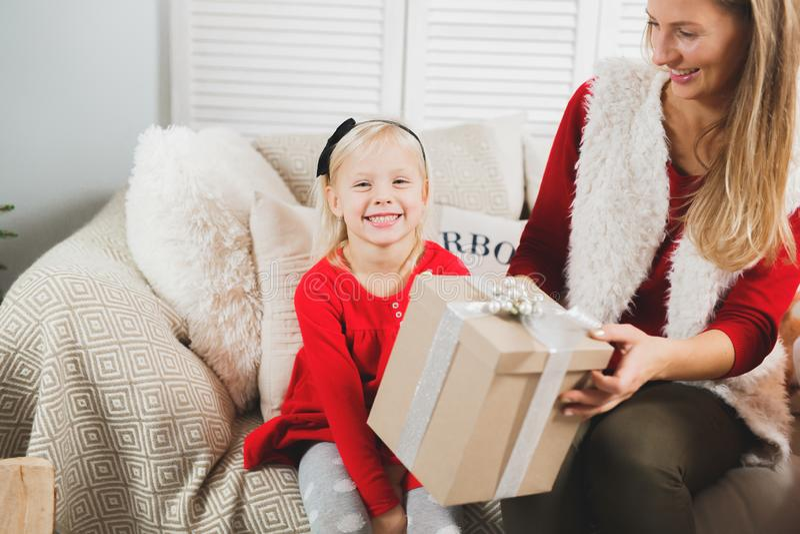 Mãe e crianças que abrem presentes de Natal Sala de visitas inverno acolhedor que nivela em casa fotos de stock royalty free