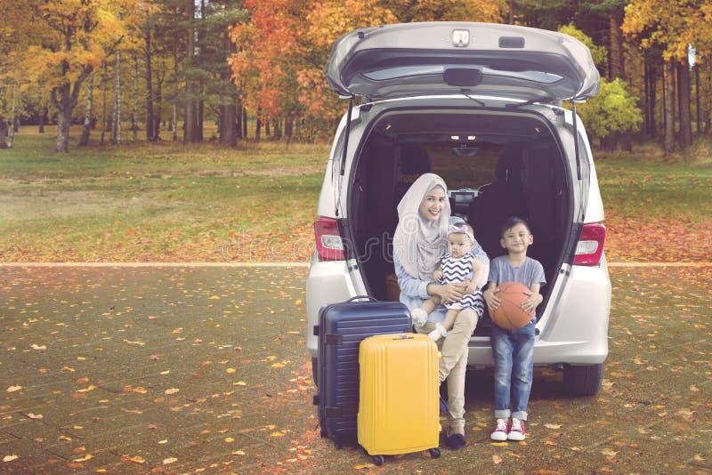 Mãe e crianças que apreciam uma viagem por estrada imagem de stock