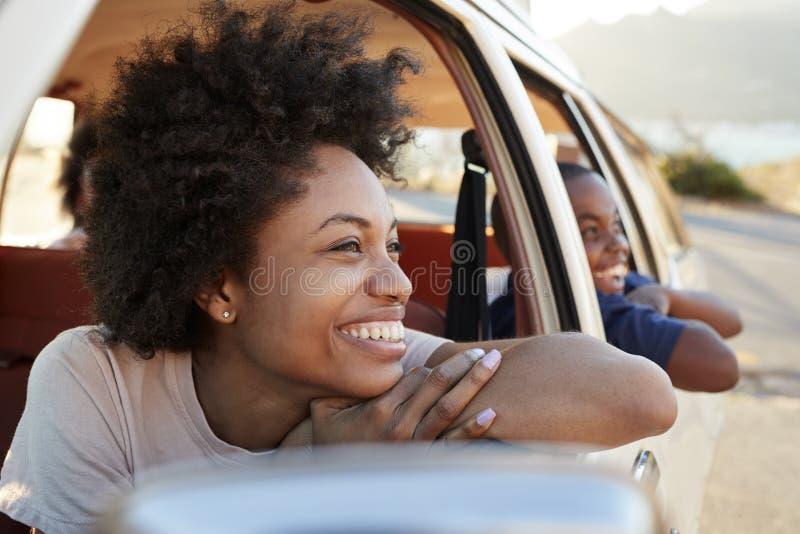 Mãe e crianças que relaxam no carro durante a viagem por estrada fotografia de stock royalty free