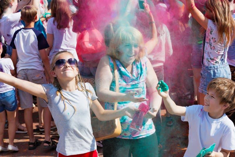Mãe e crianças que têm o divertimento no festival das pinturas foto de stock royalty free