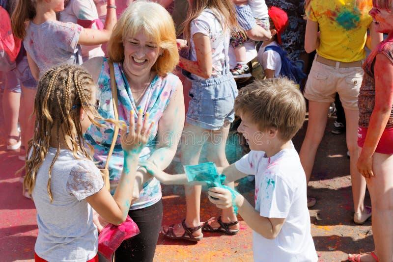 Mãe e crianças que têm o divertimento no festival das pinturas imagem de stock