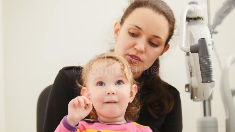 Mãe e doughter na sala do oftalmologista fotografia de stock royalty free