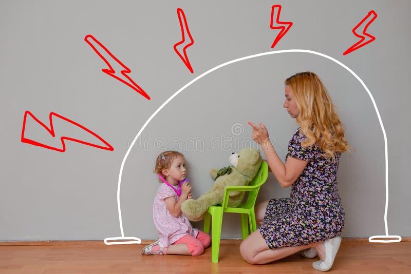 Mãe e doutor pequeno do jogo da filha com urso do brinquedo Protetoras, piedade e a certificação de tudo trabalha aprovado Hist?r imagem de stock