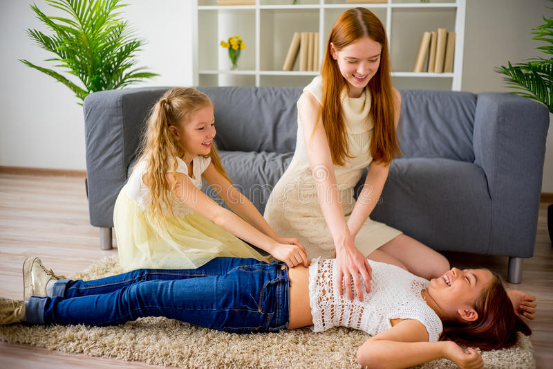 Mãe e duas filhas que jogam e que agradam imagens de stock royalty free