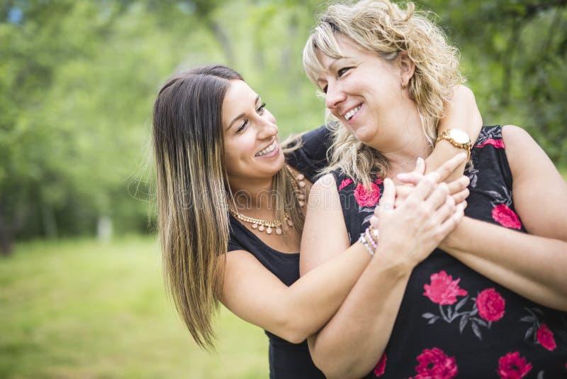 Mãe e filha adultas fora na floresta imagens de stock
