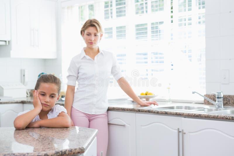 Mãe e filha após um argumento imagens de stock royalty free