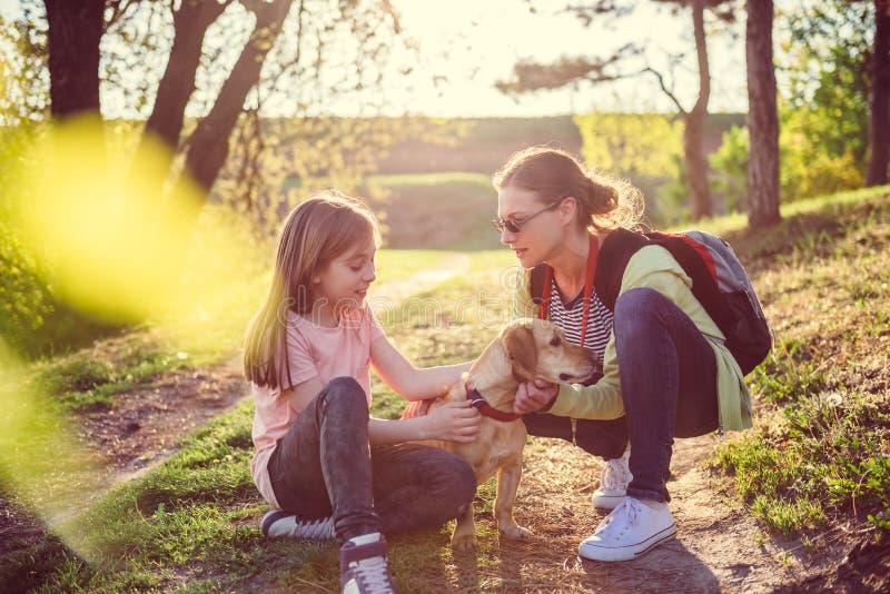Mãe e filha com um cão imagem de stock
