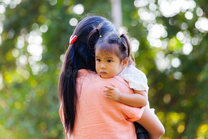 A mãe e a filha devem amar pelo abraço foto de stock royalty free