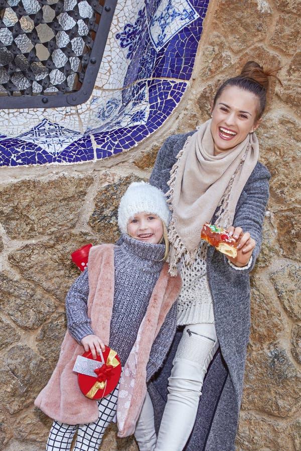 A mãe e a filha em Barcelona que mostra o rei tradicional endurecem fotografia de stock royalty free