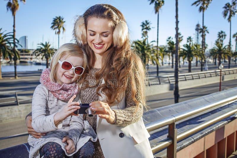 Mãe e filha em fotos da visão de Barcelona na câmera imagem de stock royalty free