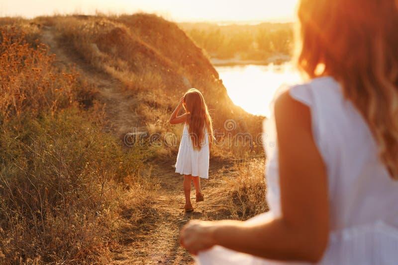 Mãe e filha em uma caminhada no campo fotografia de stock