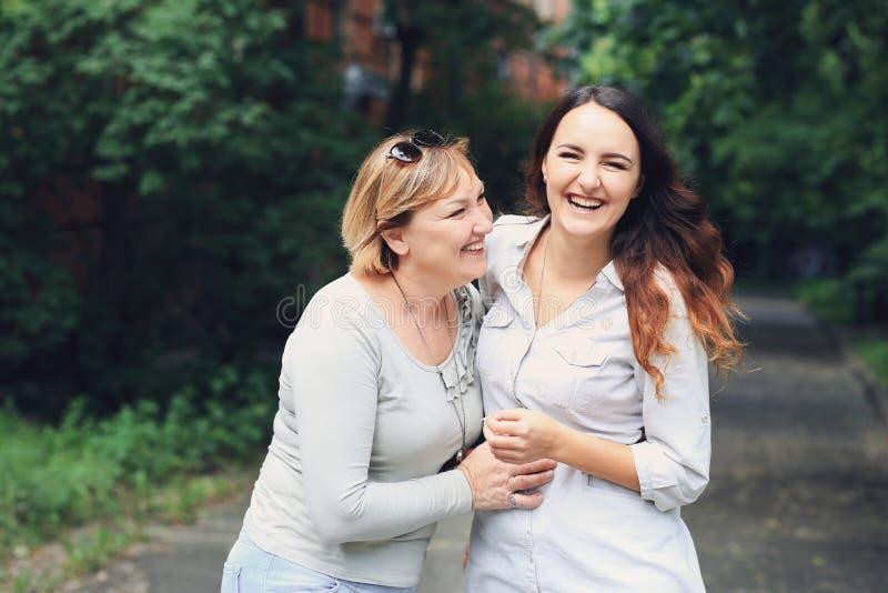 A mãe e a filha estão no parque fotos de stock