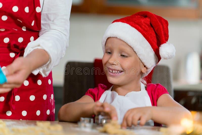 Download A Mãe E A Filha Estão Preparando O Pão-de-espécie Para O Natal Foto de Stock - Imagem de cozinhar, christmas: 80101768