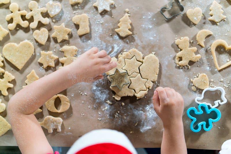 Download A Mãe E A Filha Estão Preparando O Pão-de-espécie Para O Natal Foto de Stock - Imagem de crafting, cozinhar: 80102054