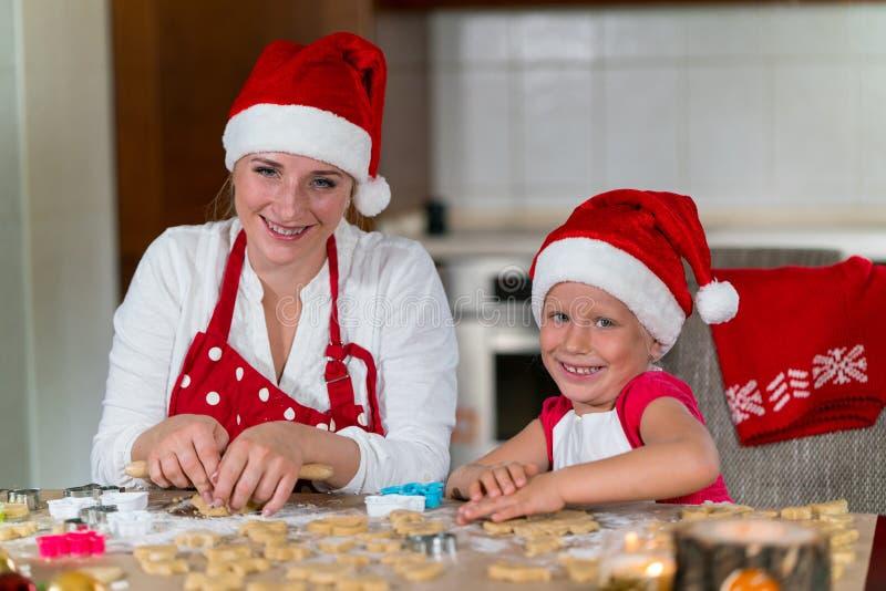 Download A Mãe E A Filha Estão Preparando O Pão-de-espécie Para O Natal Foto de Stock - Imagem de ajuda, engraçado: 80102122