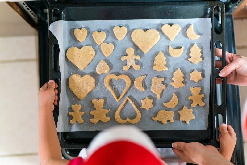 Download A Mãe E A Filha Estão Preparando O Pão-de-espécie Para O Natal Imagem de Stock - Imagem de decoração, interior: 80102281