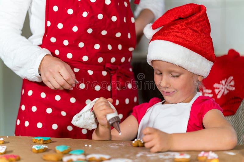 Download A Mãe E A Filha Estão Preparando O Pão-de-espécie Para O Natal Imagem de Stock - Imagem de cozinhar, cozinheiro: 80102451