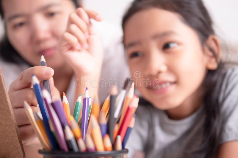 A mãe e a filha fazem atividades junto imagens de stock royalty free