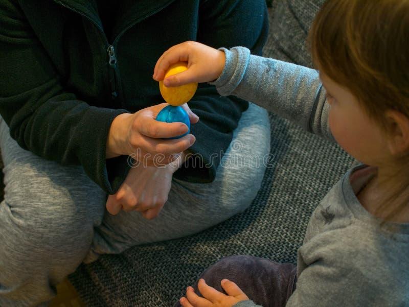 A mãe e a filha fazem a colheita do ovo fotografia de stock royalty free