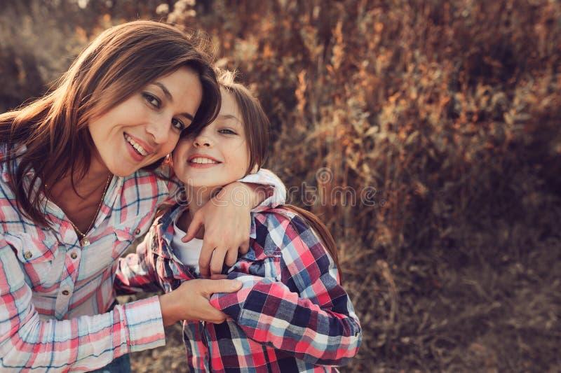 A mãe e a filha felizes na caminhada no verão colocam Férias da despesa da família exteriores fotografia de stock