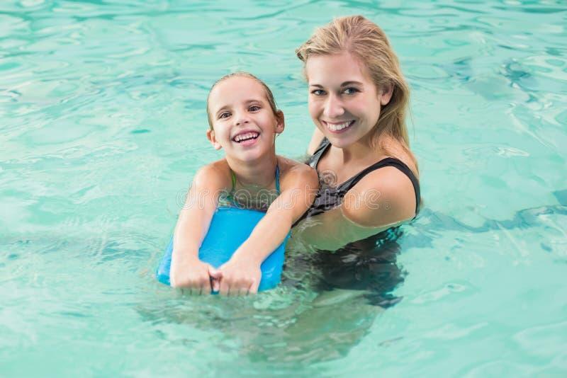 Mãe e filha felizes na piscina foto de stock royalty free