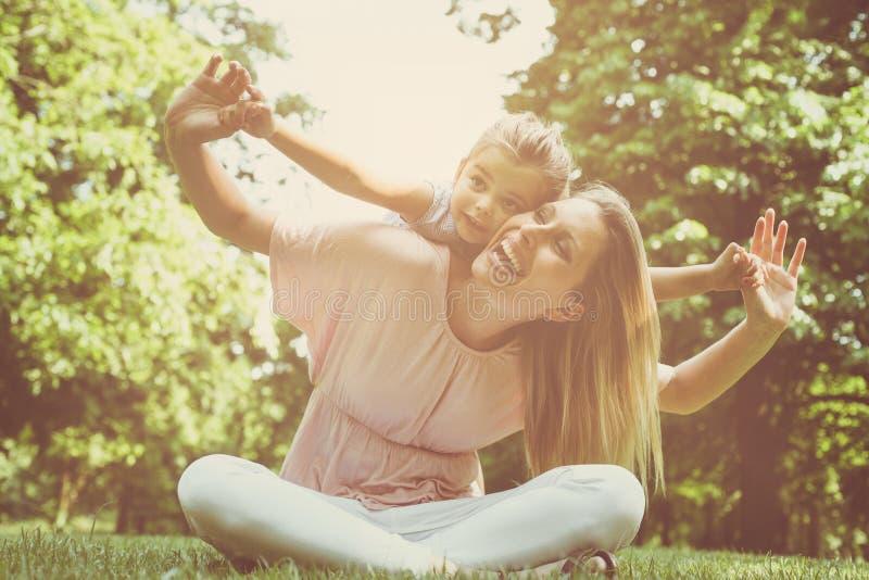 Mãe e filha fora em um prado Mãe que leva sua Dinamarca foto de stock royalty free