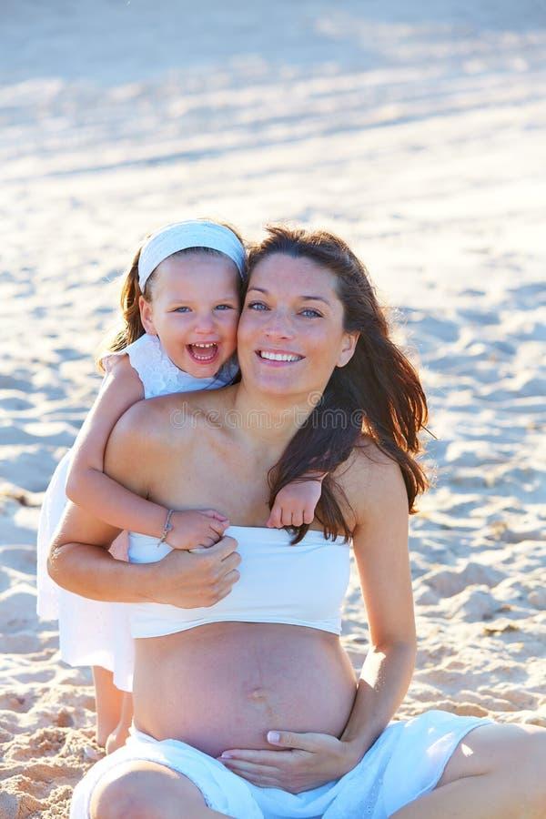Mãe e filha grávidas na praia fotos de stock royalty free