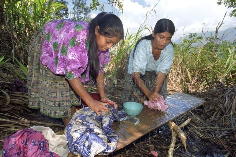 A mãe e a filha indianas da vida da vila lavam a lavanderia fotos de stock