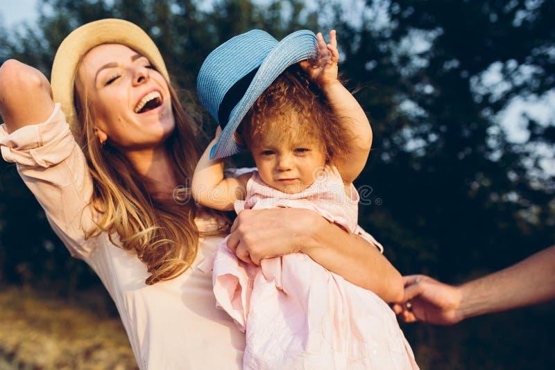 Mãe e filha junto fora fotografia de stock
