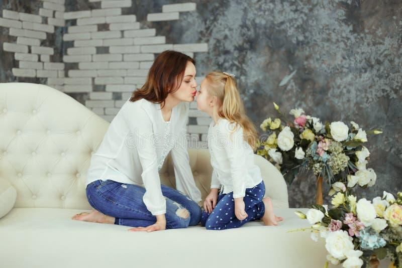 Mãe e filha macias do beijo fotos de stock