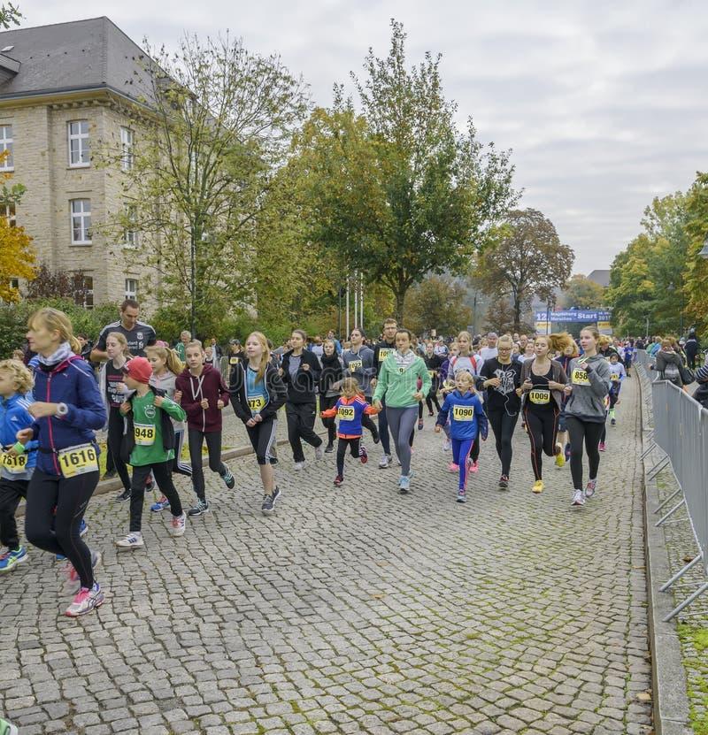 A mãe e a filha, moças, crianças estão correndo o feriado do esporte, maratona em Alemanha, Magdeburgo, oktober 2015 fotografia de stock