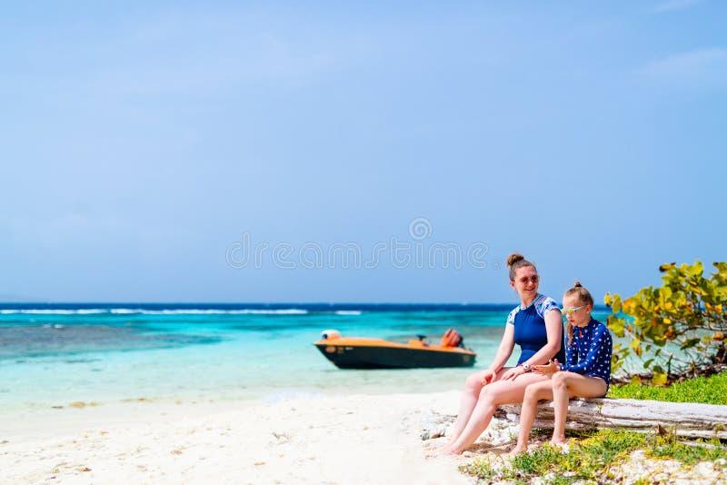 Mãe e filha na praia imagens de stock