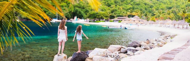 Mãe e filha na praia fotografia de stock