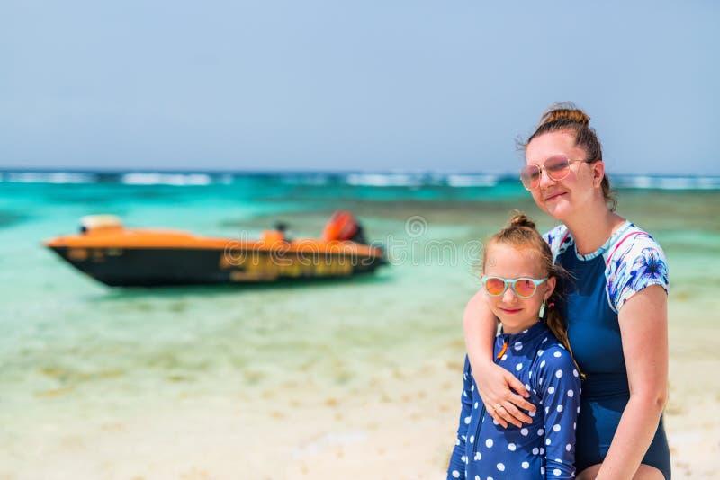 Mãe e filha na praia foto de stock royalty free