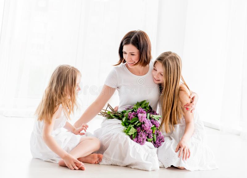 Mãe e filha pequena com flores lilás imagens de stock royalty free