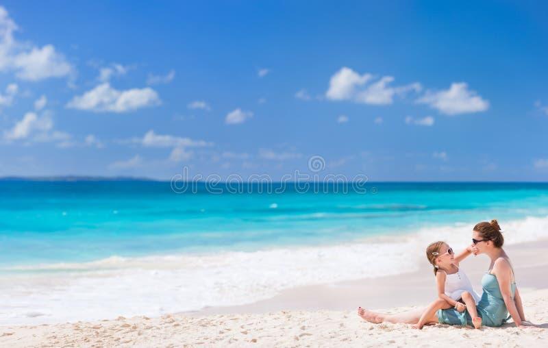 Download Mãe e filha na praia foto de stock. Imagem de povos, anguilla - 29836572