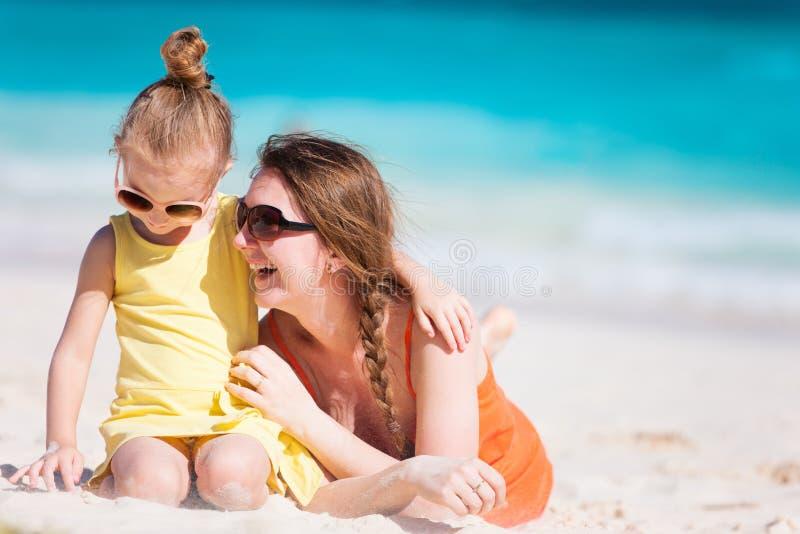Download Mãe e filha na praia imagem de stock. Imagem de apreciação - 29835395