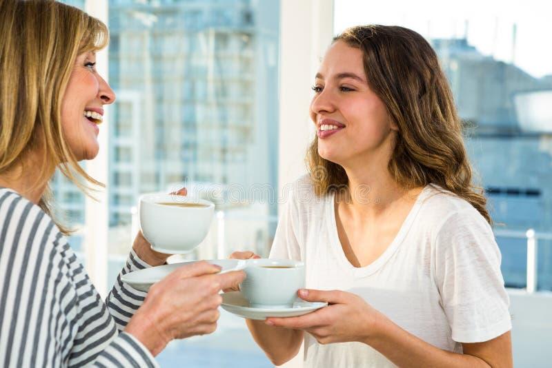 Mãe e filha que comem o chá fotografia de stock