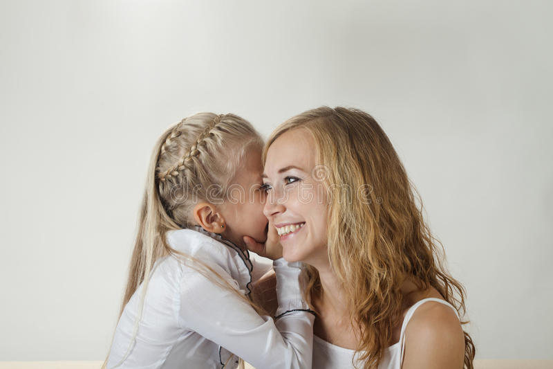 Mãe e filha que compartilham de um segredo imagem de stock royalty free
